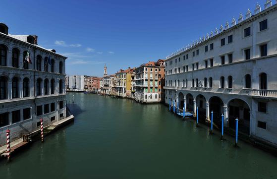 코로나 봉쇄가 엄격하게 이루어 이탈리아에서 4 월 17 일에 촬영 된 사진이다.  관광객이 급감하고 환경이 크게 개선했다.  푸른 하늘과 함께 과거보다 맑아 진 베니스의 강을 볼 수있다. [AFP=연합뉴스]