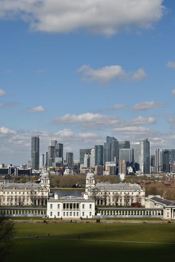 사진은 4 월 4 일 영국 런던에서 촬영 된 사진이다.  맑은 하늘과 구름이 보인다. [AFP=연합뉴스]