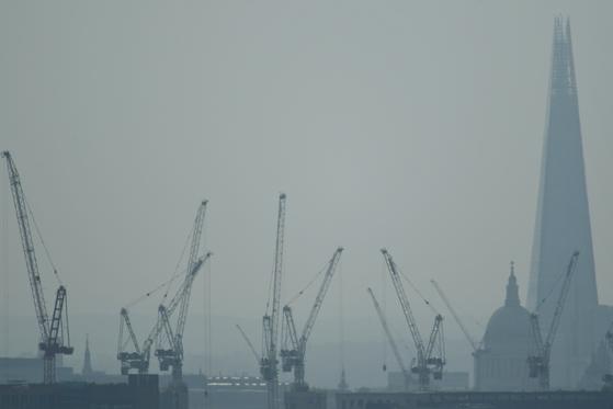 지난 8 월 10 일 영국 런던의 모습.  하늘이 올해 4 월에 비해 흐리게된다. [로이터=연합뉴스]