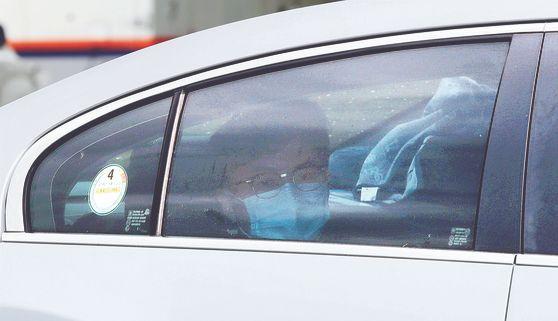 한동훈 검사장이 지난달 24일 서울 서초구 대검찰청에서 열린 검찰 수사심의위원회에 출석하기 위해 차를 타고 지하주차장으로 들어가고 있다. [연합뉴스]