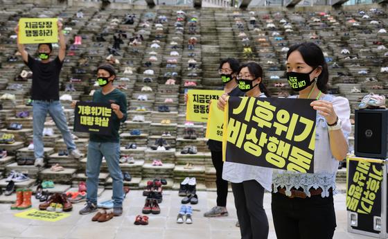 '9·12 전국동시다발 기후위기비상행동' 회원들이 12일 서울 중구 서울로 7017 만리동광장에서 기후변화 문제를 둘러싼 대응을 촉구하는 '우리는 살고 싶다 - 기후위기를 넘는 행진' 퍼포먼스를 진행하고 있습니다. 뉴시스