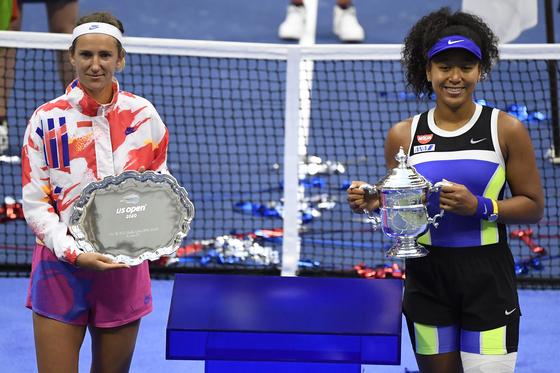 13일 US오픈에서 우승한 오사카 나오미(오른쪽)와 준우승한 빅토리야 아자란카.[로이터=연합뉴스]