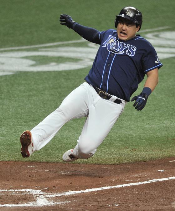 13일 보스턴전에서 홈 슬라이딩을 하다가 왼쪽 다리를 다친 탬파베이 최지만. [AP=연합뉴스]