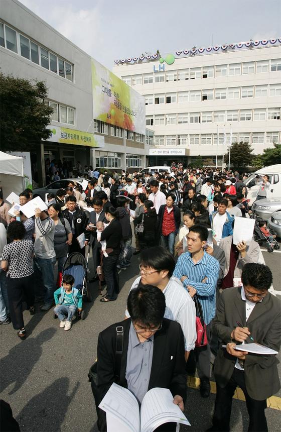 2009년 보금자리주택 분양을 신청하기 위해 토지주택공사(LH) 서울본부에 몰려든 청약자들.