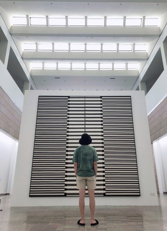 국립현대미술관 과천관에서 전시 중인 '이승조:도열하는 기둥'을 찾은 방탄소년단의 RM.[ BTS트위터 캡쳐]