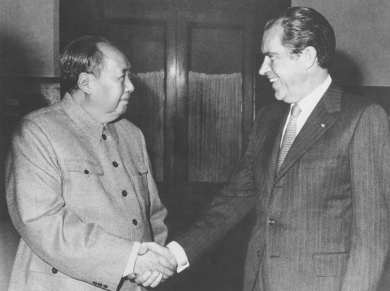 1972 년 2 월 21 일 리처드 닉슨 대통령이 중국을 방문해 마오 쩌둥 주석을 만났다.  트럼프 대통령은 자신과 김정은 위원장과의 만남이 닉슨의 방중과는 다른 선을 그었다.[AP=연합뉴스]