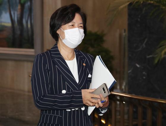 추미애 법무부 장관이 11일 오후 서울 종로구 정부서울청사에서 나오고 있다. [뉴스1]