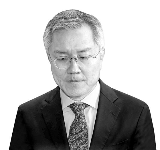 최강욱(사진) 열린민주당 대표의 15일 재판에 정경심 동양대 교수와 정 교수 아들이 출석한다. 사진은 지난 4월 법정에 출석하던 최 대표의 모습. 김상선 기자.