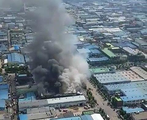 14일 오전 11시께 인천시 남동구 고잔동 한 화장품업체에서 불이 나 소방당국이 진화 작업을 벌이고 있다. [연합뉴스]