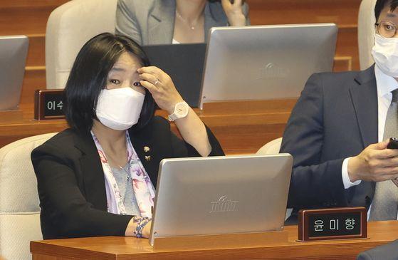 윤미향 더불어민주당 의원이 지난 6월 29일 국회 본회의에서 미래통합당 의원들이 불참한 가운데 열린 상임위원장 선거에 참석하고 있다. 임현동 기자