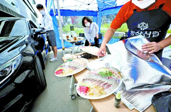 11일 노량진수산시장에 드라이브 스루 판매소가 운영되고 있다. 연합뉴스