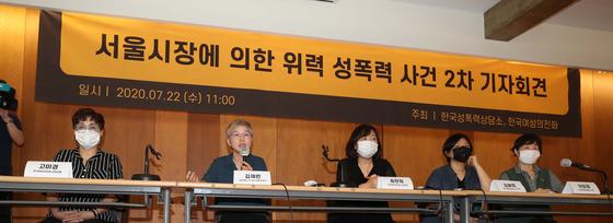 지난 7월 22일 서울 중구 한 기자회견장에서 열린 '서울시장에 의한 위력 성폭력 사건 2차 기자회견'에서 김재련 법무법인 온-세상 대표변호사(왼쪽 두 번째)가 발언하고 있다. 연합뉴스.