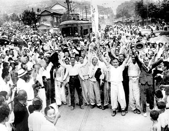 """1945년 8월 15일 일제 식민통치 35년 만에 해방을 맞은 사람들이 거리로 뛰쳐나와 '대한 독립 만세""""를 외치고 있다. [중앙포토]"""