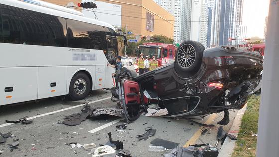 14일 오후 5시 43분께 부산 해운대구 중동역 인근 교차로에서 7중 충돌 사고가 나 운전자 등 7명이 다쳤다. [연합뉴스]