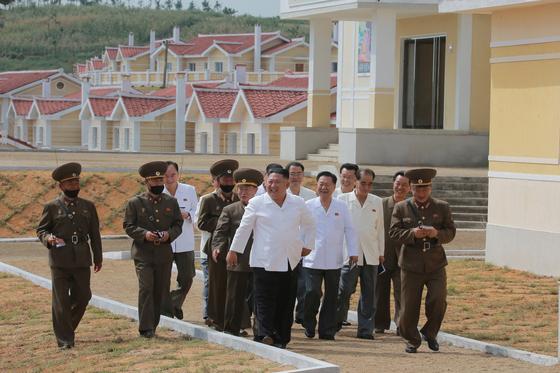 김정은 북한 국무위원장이 수해 복구 작업을 마친 황해북도 금천군 강북리에 현지지도를 나섰다고 노동당 기관지 노동신문이 15일 보도했다. [뉴스1]