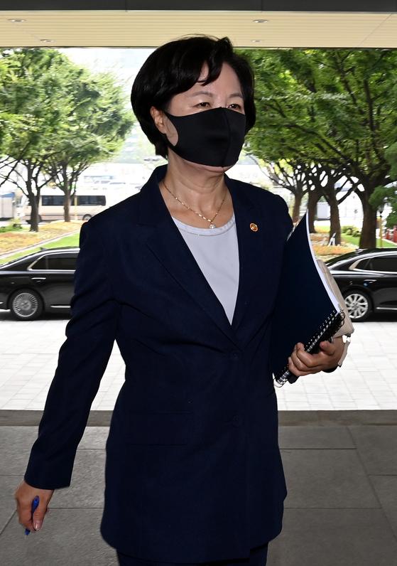 추미애 법무부장관이 15일 오전 국무회의에 참석하기 위해 서울 종로구 정부서울청사로 들어서고 있다. 뉴스1