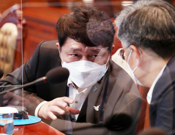 최재성 청와대 정무수석(왼쪽)과 김종호 민정수석이 14일 청와대에서 열린 수석·보좌관 회의에 서 대화하고 있다. 연합뉴스