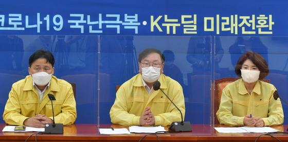 김태년 더불어민주당 원내대표가 15일 서울 여의도 국회에서 열린 원내대책회의에서 모두발언을 하고 있다. [뉴스1]