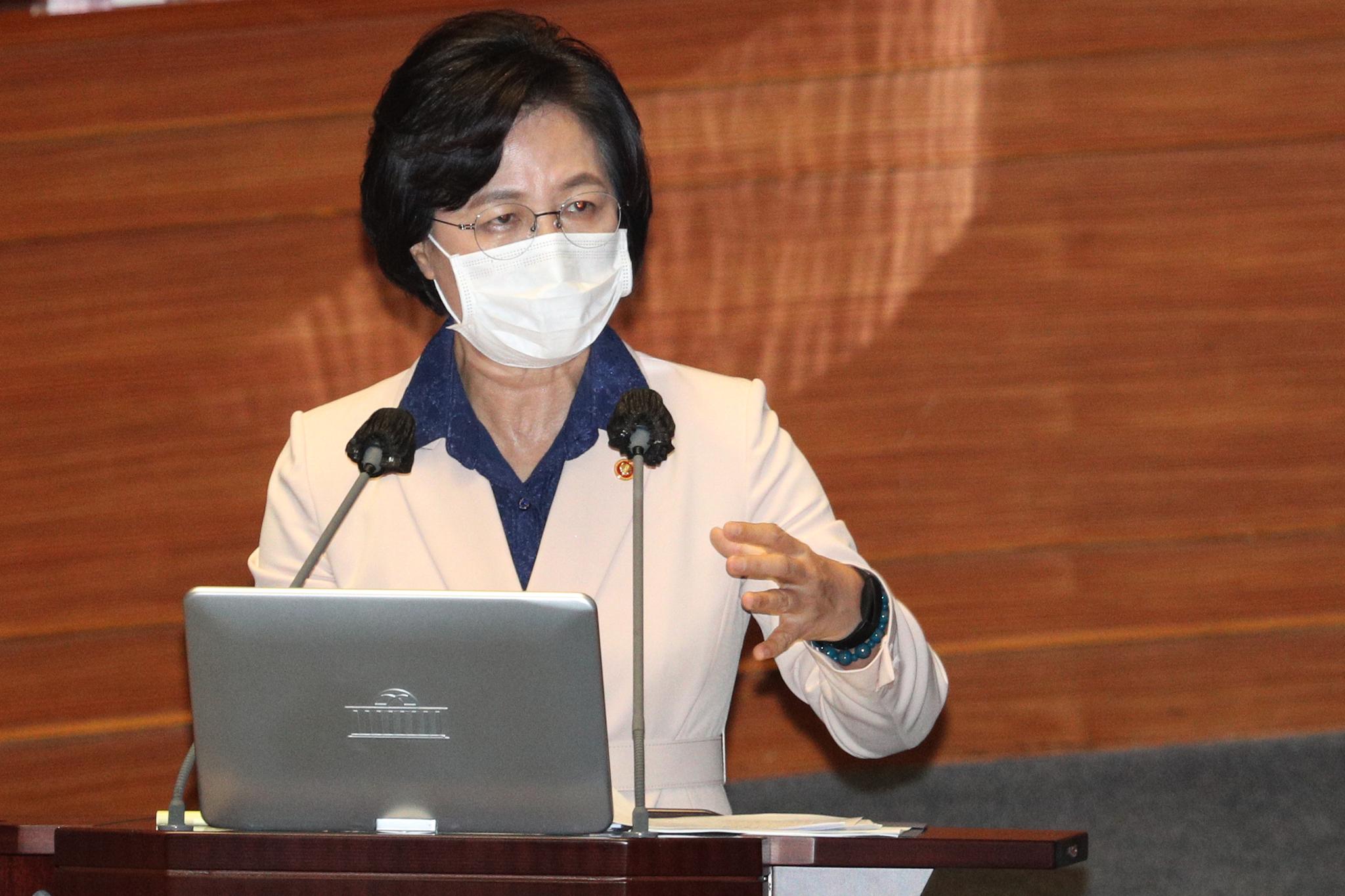 추미애 법무부 장관이 14일 오후 서울 여의도 국회에서 열린 본회의에서 의원들과 질의응답을 하고 있다. 중앙포토