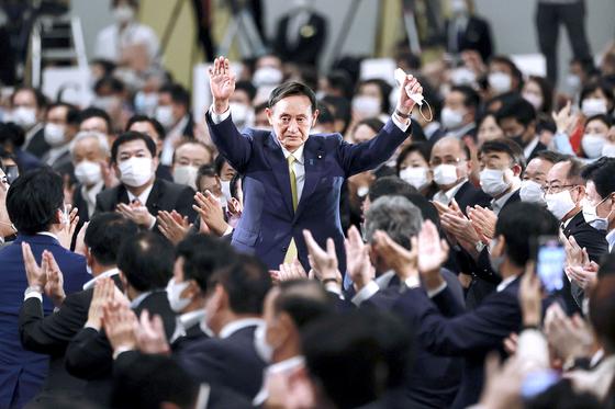 스가 요시히데(菅義偉) 일본 관방장관이 14일 도쿄 한 호텔에서 열린 집권 자민당 총재 선거에서 경쟁 후보들을 압도적인 표 차로 제치고 총재에 당선된 뒤 손을 흔들어 환호에 답하고 있다. 그는 16일 소집되는 임시 국회에서 정식으로 제99대 총리로 선출돼 스가 요시히데 내각을 공식 발족한다. [연합뉴스]