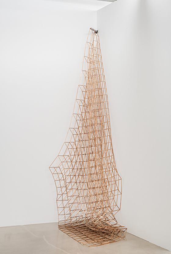 Roundabout ,2020,copper square pipe,stainless steel wire, 253x135x70cm,dimension variable.[바톤갤러리]