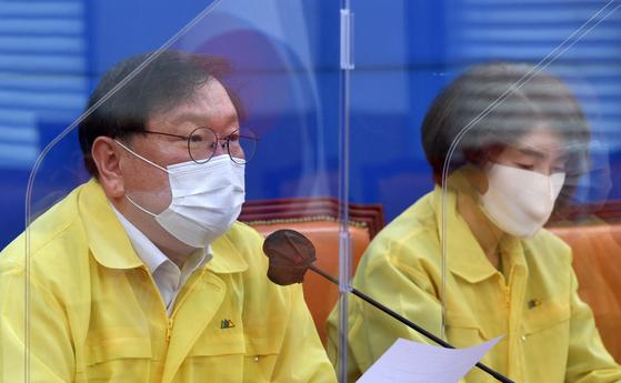 김태년 더불어민주당 원내대표가 15일 국회에서 열린 원내대책회의에 참석해 모두발언을 하고 있다. 오종택 기자