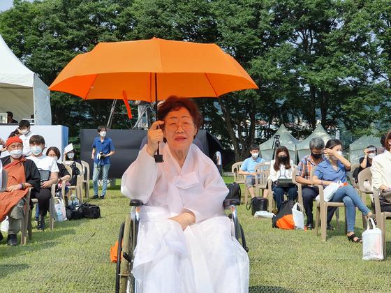 지난달 14일 오전 충남 천안 국립 망향의 동산에서 열린 '일본군 위안부 피해자 기림의 날' 행사에 참석한 이용수 할머니. [연합뉴스]