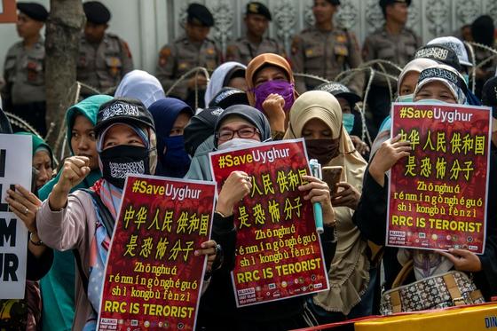 인도네시아의 무슬림 강경주의자들이 지난해 말 수라바야의 중국 총영사관 앞에서 중국 당국의 위구르족 탄압에 반대하는 시위를 벌이고 있다. [AFP=연합뉴스]