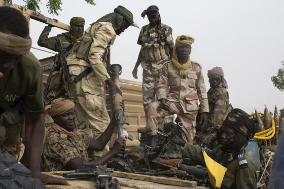 2015년 보코하람의 점령지였던 나이지리아 북동부 다마삭에서 보코하람의 무기들이 대량 수거되는 모습. 보코하람은 점령지역에서 퇴거하면서 여성과 아이들을 수백명 학살하는 만행을 저질렀다. 2017년 보코하람은 납치 소녀 일부를 석방했다. [중앙포토]