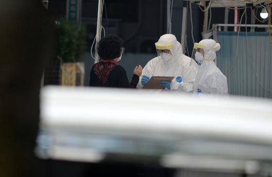 신종 코로나 바이러스 감염증(코로나19)이 전국으로 확산하고 있는 가운데 15일 대전의 한 보건소 코로나19 선별진료소에서 의료진들이 시민들을 차례로 검사하고 있다. 프리랜서 김성태