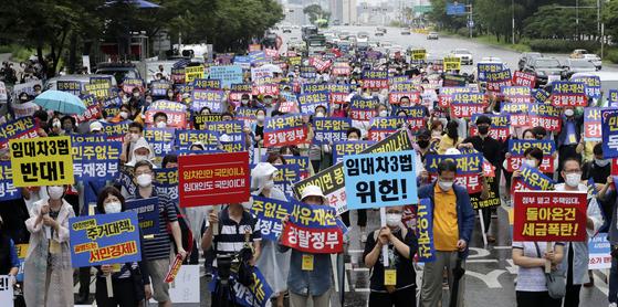부동산 관련 단체 회원들이 지난달 1일 서울 여의도에서 정부의 부동산 규제에 반대하는 집회를 열고 임대차 3법 반대 구호를 외치고 있다. 임현동 기자