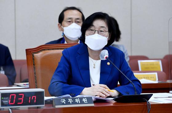 이정옥 여성가족부 장관이 15일 서울 여의도 국회에서 열린 여성가족위원회 전체회의에서 의원의 질의에 답하고 있다. 임현동 기자