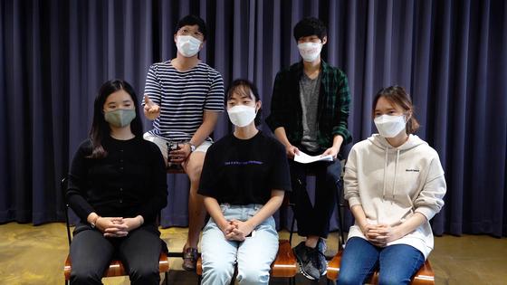 청년 기후변화단체 소속 활동가들. 뒷줄 왼쪽부터 시계 방향으로 임재민·오지혁·박소현·신은섬·강은빈씨. 이시은 인턴