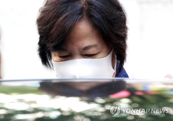 추미애 법무부 장관이 14일 서울 광진구 자택을 나서며 차량에 탑승하고 있다. [연합뉴스]