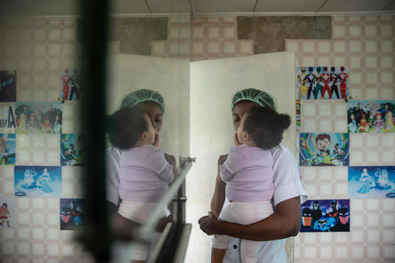 나이지리아에서는 최근 코로나 19로 경제상황이 어려워진 10대 미혼모 등이 아이를 낳고 인신매매 조직에 파는 신생아 매매가 극성을 부리고 있다. [AFP=연합뉴스]