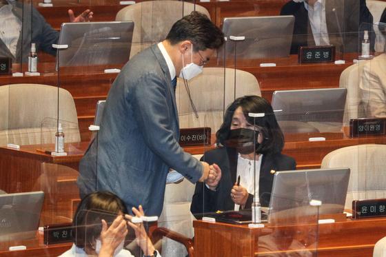 윤미향 더불어민주당 의원이 15일 오후 서울 여의도 국회에서 열린 외교·통일·안보 분야 대정부질문에서 박찬대 의원과 주먹인사를 하고 있다. 2020.9.15/뉴스1