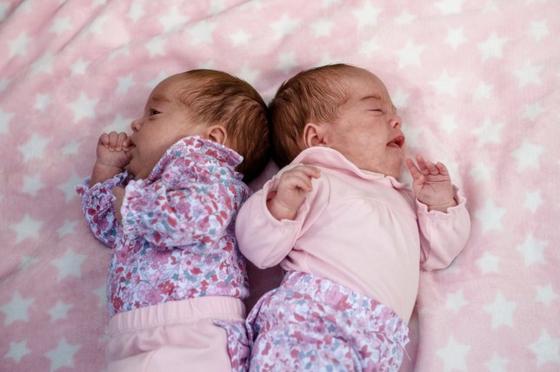 신종 코로나바이러스 감염증(코로나19)에 감염된 채 태어난 영국 쌍둥이 아기 케나와 리사가 지난달 코로나19 완치 판정을 받고 무사히 퇴원한 것으로 전해졌다. [SWNS]