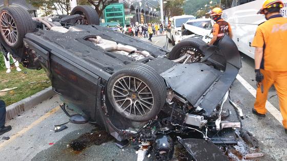 14일 오후 5시 43분께 부산 해운대구 중동역 인근 교차로에서 7중 충돌 사고가 나 운전자 등 7명이 다쳤다. 연합뉴스