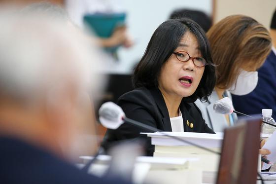 윤미향 더불어민주당 의원이 지난달 20일 국회에서 열린 환경노동위원회 전체회의에서 질의하고 있다. 오종택 기자