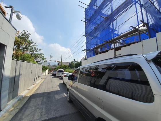 서울 강남구 자곡동 한 전원마을 신축 공사 현장. 신축을 반대하는 현수막이 붙은 차량들이 주차돼 있다. 건축주는 1년 반 넘게 공사 진행이 안 되고 있으며 지난 9월 초 주민들과 충돌로 현재는 공사를 하지 못하고 있다고 주장했다. 최은경 기자