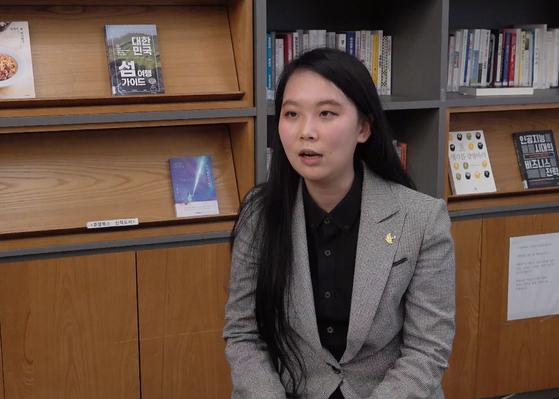 '보이콧 뮬란' 운동을 이끌고 있는 세계시민선언 공동대표 이설아씨. 재킷에 홍콩의 인권 운동 지지를 의미하는 노란우산 배지를 달았다.