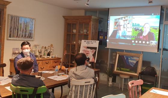 11일 서울 서초구 영동농협 내곡지점 6층 카페에 모인 양돈 마이스터들이 실시간 화상을 통해 네덜란드 바헤닝언 대학의 세계적 양돈 전문가 로버트 호스테 박사의 강의를 듣고 있다. 국내 13명의 양돈 마이스터 중 7명이 이 수업에 참여하고 있다. 이현상 기자