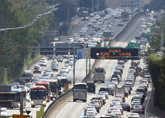 지난해 9월 15일 추석 연휴 기간 서울 서초구 경부고속도로 잠원IC 부근에서 상행선(왼쪽)과 하행선 차량들이 정체로 서행하고 있다. 뉴스1