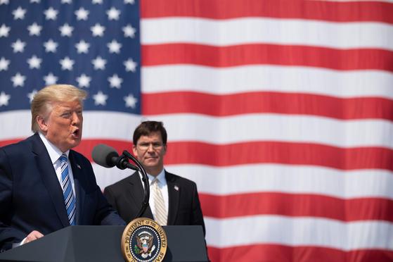 도널드 트럼프 미국 대통령이 지난 3월 28일 버지니ㅏ주 노퍽 해군기지에서 연설하고 있다. 미국을 우호적으로 보는 세계인의 시각이 계속 하락하고 있다. [AFP=연합뉴스]