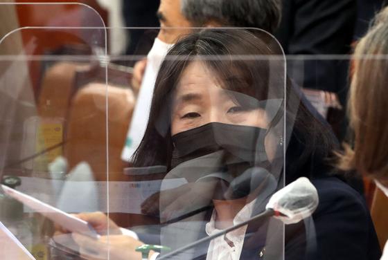 더불어민주당 윤미향 의원이 16일 국회에서 열린 환경노동위원회 전체회의에 참석하고 있다. [연합뉴스]