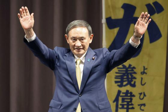 스가 요시히데(菅義偉) 일본 관방장관이 14일 도쿄 한 호텔에서 열린 지지자 집회에 참석해 손을 흔들고 있다. [교도=연합뉴스]