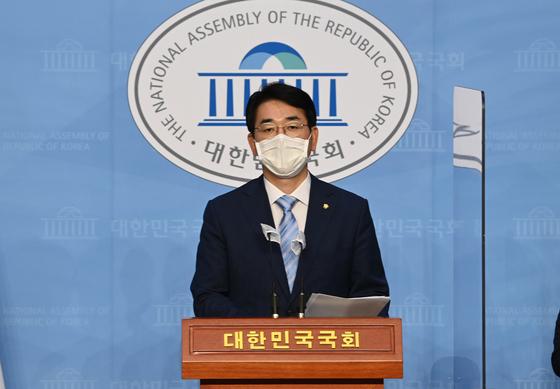 더불어민주당 박용진 의원이 15일 국회 소통관에서 이재용 삼성 부회장의 기소와 관련해 금융 당국의 삼성증권 조사를 촉구하는 내용의 기자회견을 하고 있다. 오종택 기자