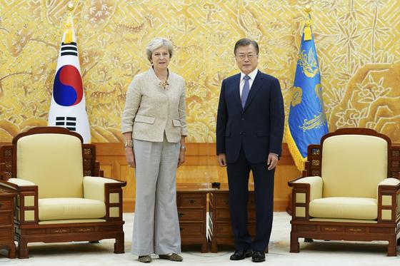 문재인 대통령이 16일 오후 청와대에서 테리사 메이 전 영국 총리를 접견하며 기념촬영을 하고 있다. 뉴스1