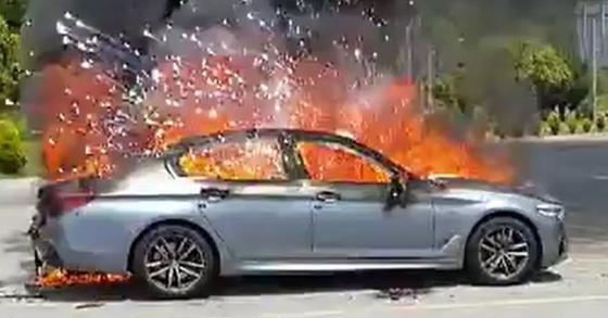 지난해 5월 25일 오전 10시23분께 전남 해남군 송지면 편도 2차선 도로를 주행하던 A(42)씨의 BMW 520d 차량에서 불이 나 소방당국에 의해 21분만에 꺼졌다. 이 불로 차량이 모두 탔으나 운전자 A씨는 화재 직전 대피해 인명피해는 없었다.[사진 전남 해남소방서 제공]
