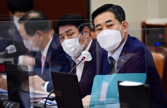 신원식 국민의힘 의원이 16일 국회에서 열린 서욱 국방부 장관 후보자 인사청문회에서 질의하고 있다. [뉴스1]